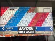Willem II-supporters eren overleden Jayden (12) met spandoek in stadion