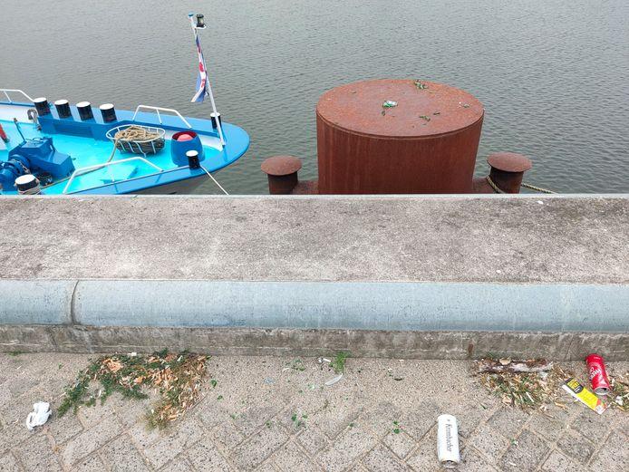 Afval langs de Nieuwe Haven in Arnhem.