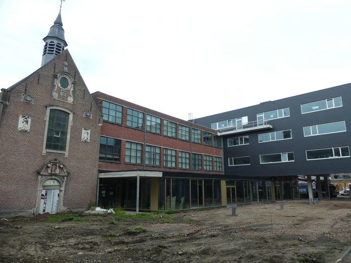 Van oud naar nieuw: de schoolkapel, het huidige schoolgebouw en rechts het nieuwe gebouw, dat op 1 september opent.