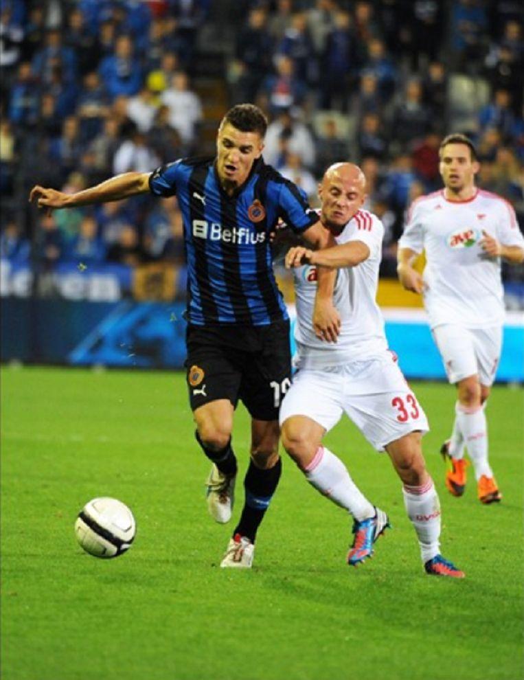 Meunier schermt de bal af tegen Debrecen.