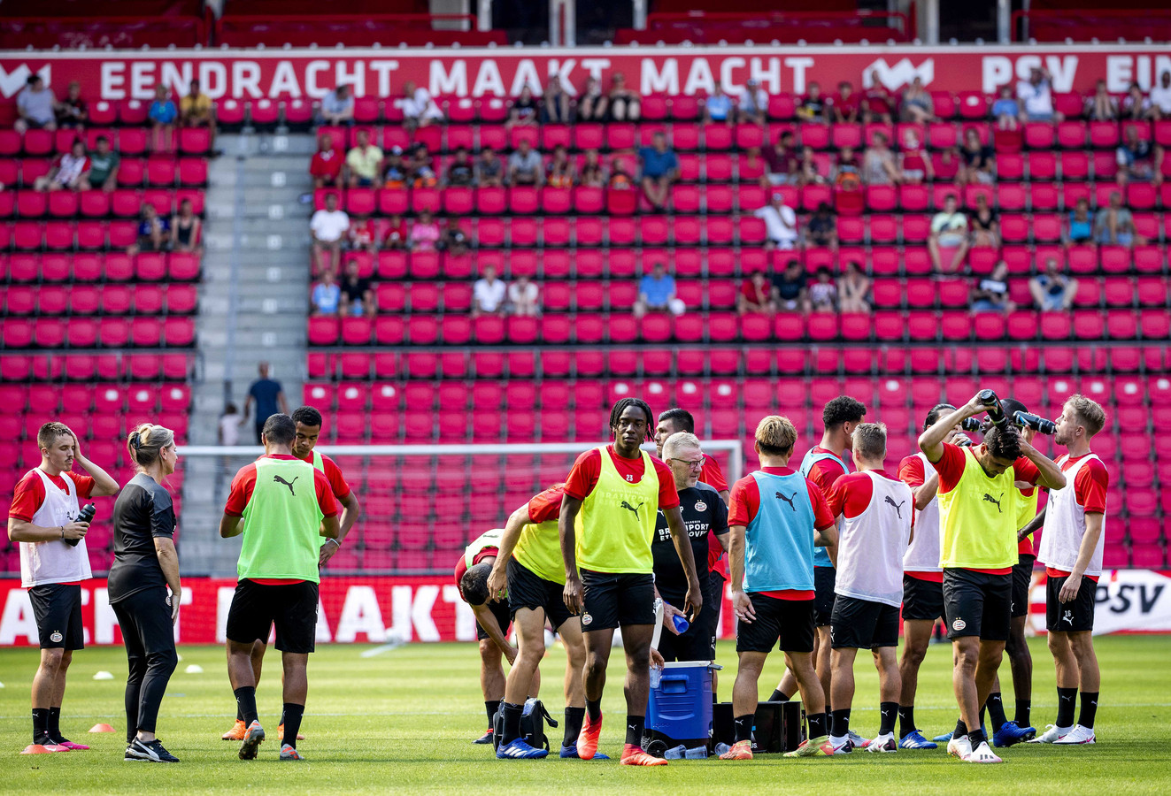 Het Philips Stadion in coronatijd, supporters moeten afstand houden waardoor maar een beperkt deel van het stadion gevuld is.
