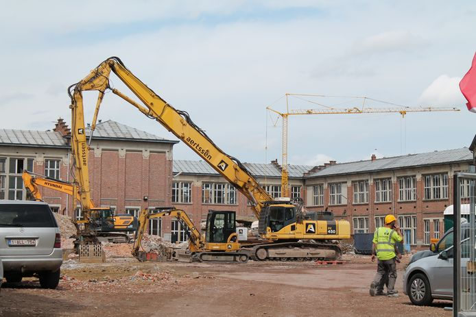De vroegere Rijksnormaalschool wordt momenteel omgevormd tot een gemengd woonproject. De vier aan te leggen pleinen op de site hebben een naam nodig.