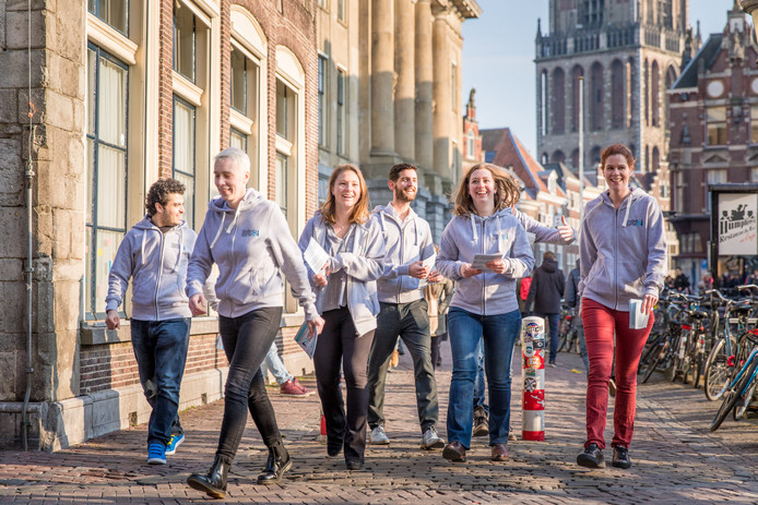 Jongeren van Student & Starter flyeren voor hun partij in de binnenstad van Utrecht.