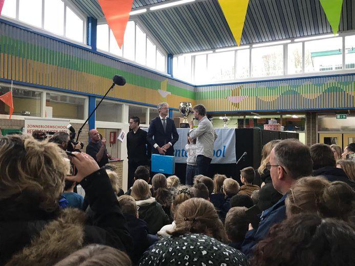 Minister Arie Slob van Onderwijs kwam hoogstpersoonlijk het goede nieuws brengen.