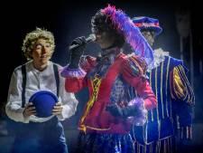 Eventjes verlaat Sinterklaas het kasteel in Helmond om te kijken naar het circus