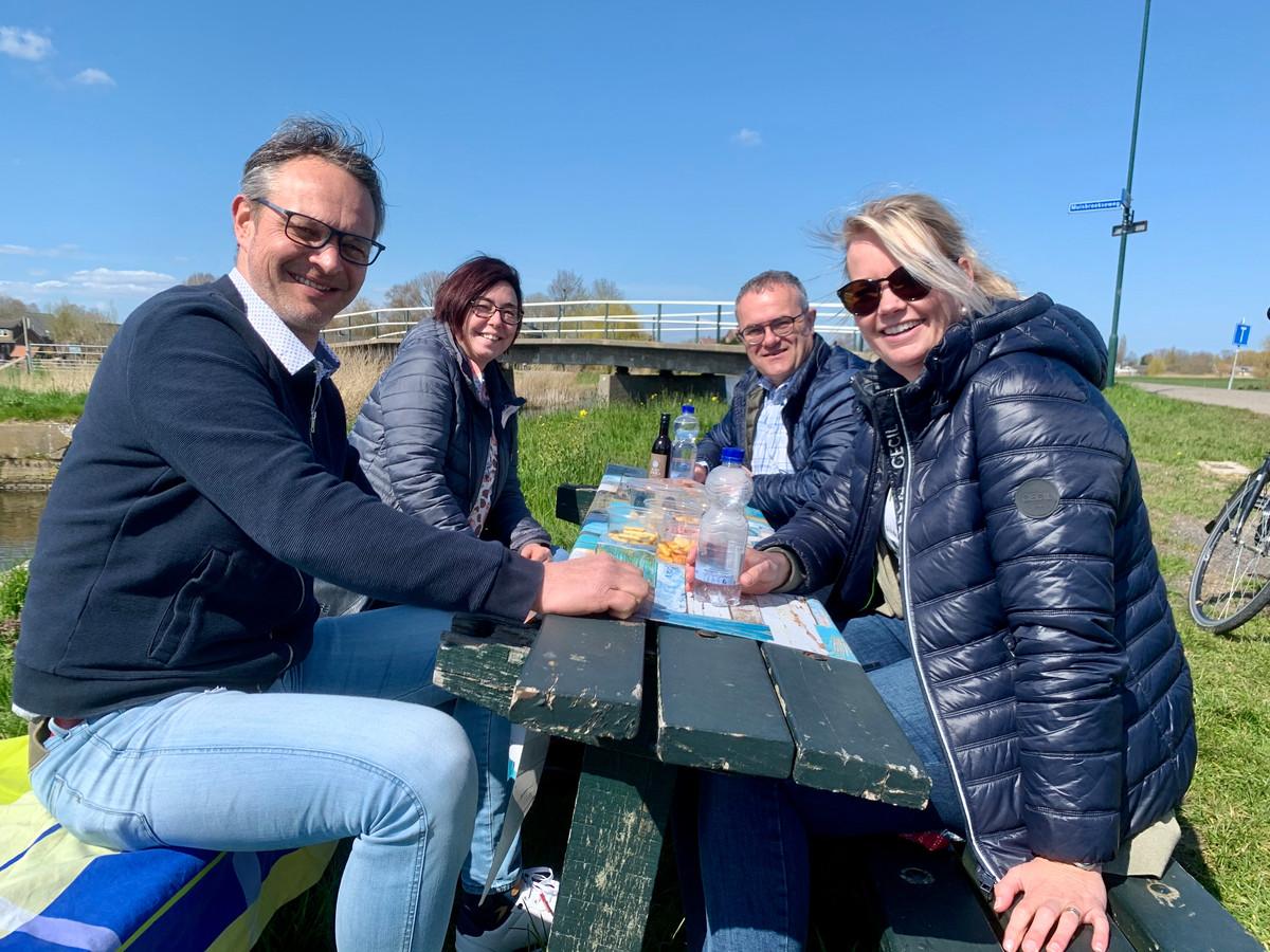 Remco en Claudia uit Enschede (voorgrond) krijgen een 'tour door Zuid-Holland' aangeboden door Dave en Clari Hill.