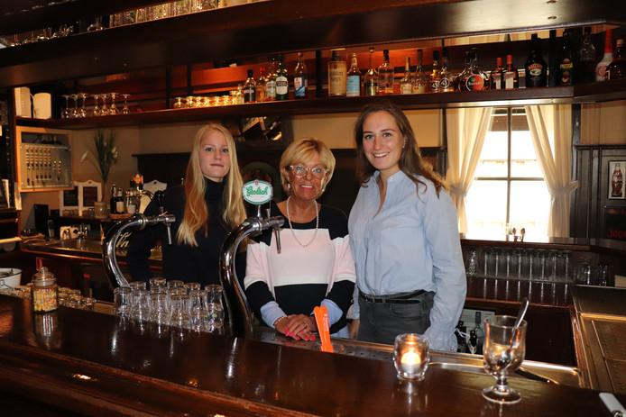 Bianca Sibum van Bianca's eetcafé, geflankeerd door de Haackey-dames Maartje Dreierink (links) en Suzanne van der Winkel.