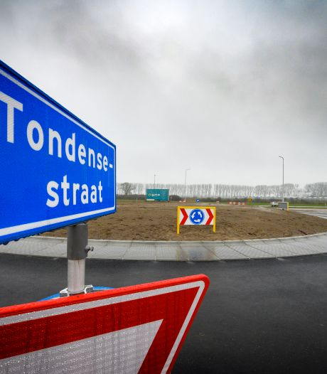 Een rotonde ligt er al, maar wanneer kunnen er nu auto's over de rondweg om de Hoven rijden?