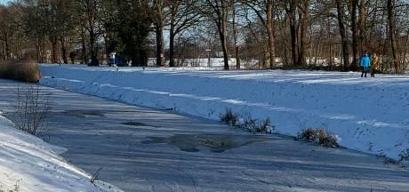 Fraans Marie waarschuwt schaatsers: 'IJs op kanaal Almelo-Nordhorn nog lang niet overal dik genoeg'