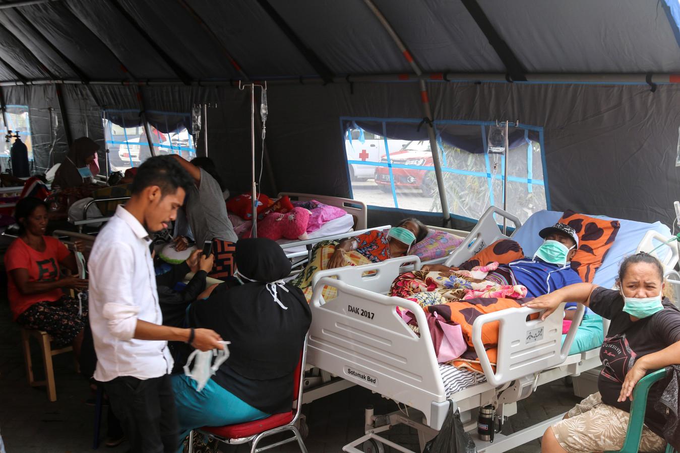 Gewonden worden opgevangen in tijdelijke ziekenboegen.