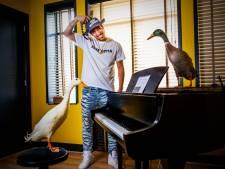 Gabs (27) heeft de gekste dieren in huis, maar waar is zijn geitje?