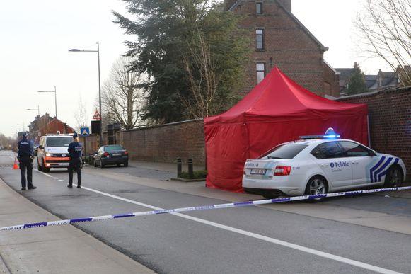 In Klein Overlaar werd een vrouw levenloos aangetroffen op straat.