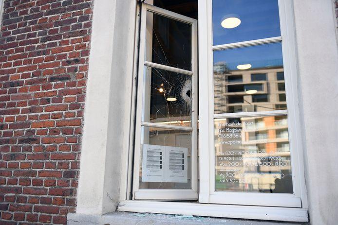 Bij de apotheek werd vrijdag getracht om een glas in te slagen.