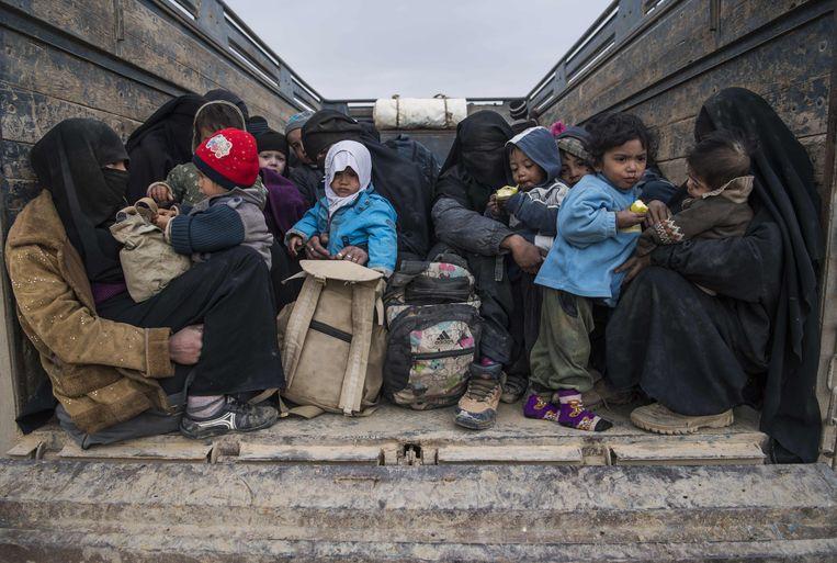 Vrouwen en kinderen die uit het IS-bolwerk van Baghouz zijn gevlucht.