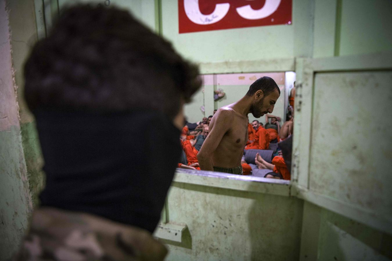 Illustratiebeeld. Een gevangenis onder Koerdische controle in Hasakeh,  in het noordoosten van Syrië, telde eind oktober verschillende duizenden IS-strijders, afkomstig uit Syrië, Irak en een vijftigtal andere landen.