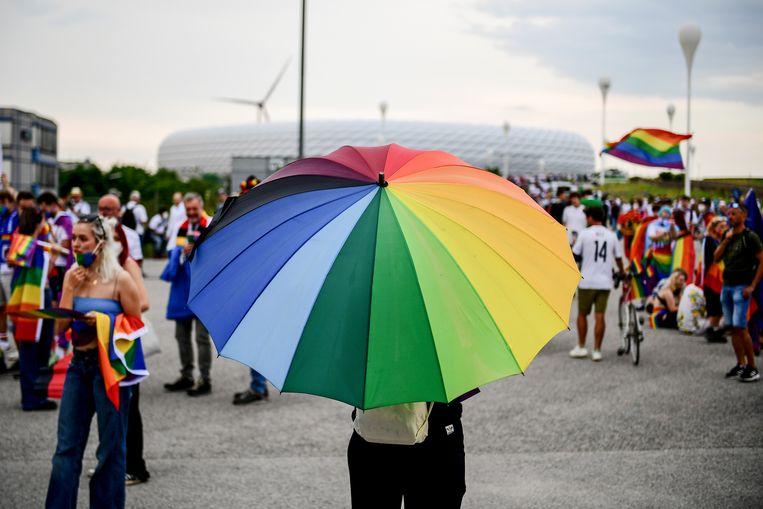 Regenboogvlaggen en -attributen genoeg dezer dagen, maar hoe zit het echt in de voetbalwereld? Beeld EPA