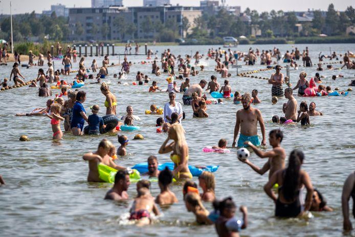 Een zomerse dag aan de Noord Aa, voor corona. Nu zijn er plannen om er een aquapretpark te vestigen.