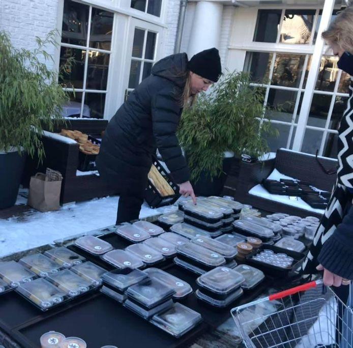 De SRV-wagen reed niet, dus stalde De Nederlanden alle delicatessen uit het op terras. De foodmarket werd opgebroken na ingrijpen van de gemeente Stichtse Vecht.