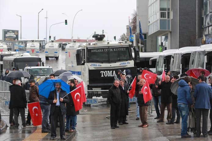 Turken protesteren voor de Nederlandse ambassade in Ankara.