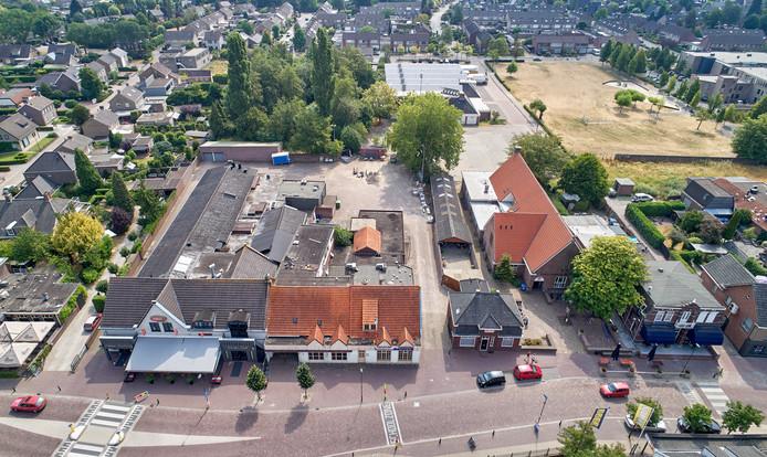 Hier gaat de combi van dorpshuis, bieb en sporthal landen. Met een markante gevel aan de Kerkstraat.