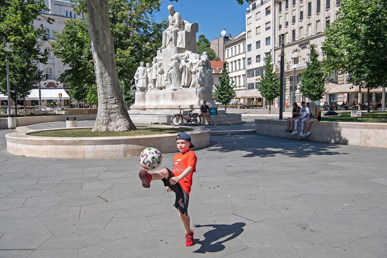 Een jonge voetbalsupporter vrijdag op het Vorosmartyplein in het centrum van Boedapest. Beeld Guus Dubbelman/ de Volkskrant