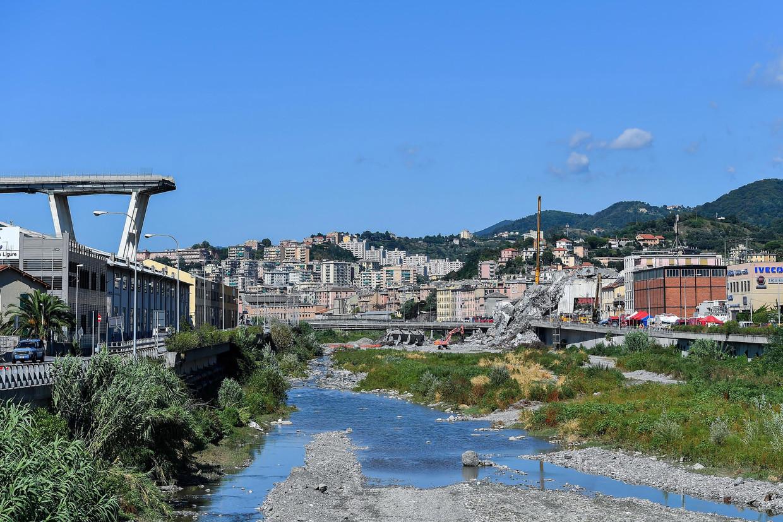 De Italiaanse stad Genua een paar dagen na het instorten van de Morandi-brug. Inmiddels zijn alle resten van de brug gesloopt.