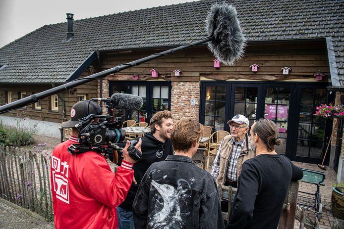 Joep en Thijs, voorheen bekend als de Bucket Boys, werkten een zomer lang op een zorgboerderij voor demente bejaarden.