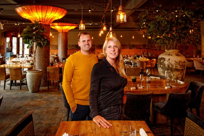 Robert en Nathalie Blok in hun restaurant Het Wapen van Kaatsheuvel.