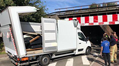 Opnieuw bestelwagen tegen spoorwegbrug