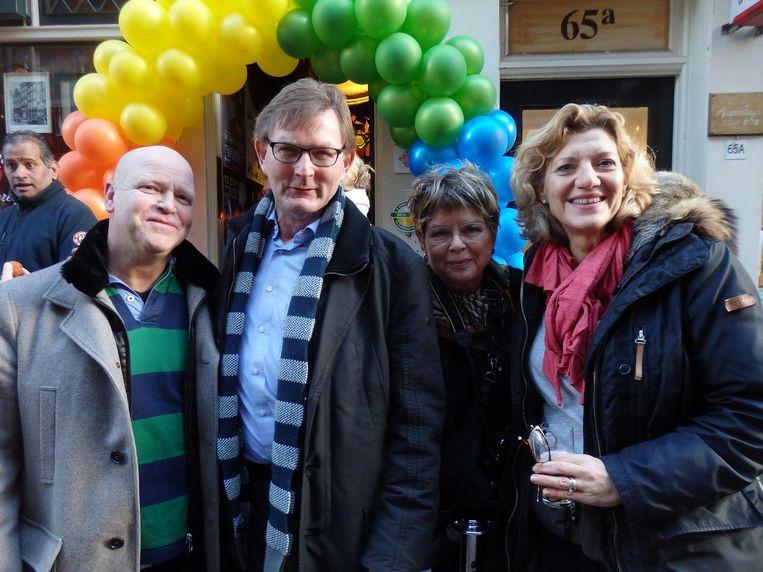 Wijkagent Hermanjan Jansen, stadsdeelvoorzitter Boudewijn Oranje, Diana van Laar en straatmanager Annemieke Bieringa (vlnr) Beeld Schuim