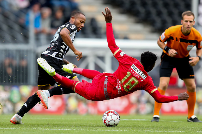 Marco Ilaimaharitra van Charleroi in duel met Martin Hongla van Royal Antwerp.