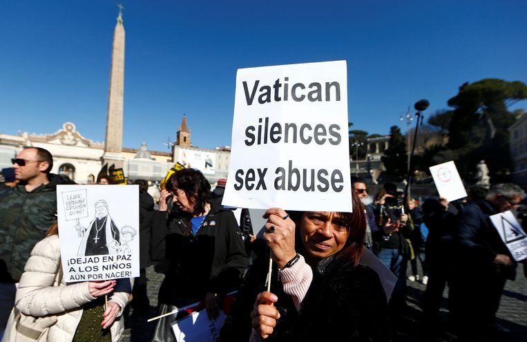 Demonstranten lopen de 'March for Zero Tolerance' tijdens de vierdaagse misbruiktop in het Vaticaan in februari van dit jaar. Beeld REUTERS