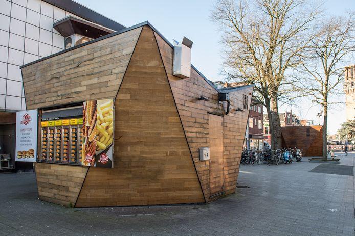 De laatste kiosk in de Enschedesestraat, voor het Tasche-pand, gaat definitief verdwijnen. De gemeenteraad is, met drie stemmen tegen, akkoord gegaan met de aankoop ervan.