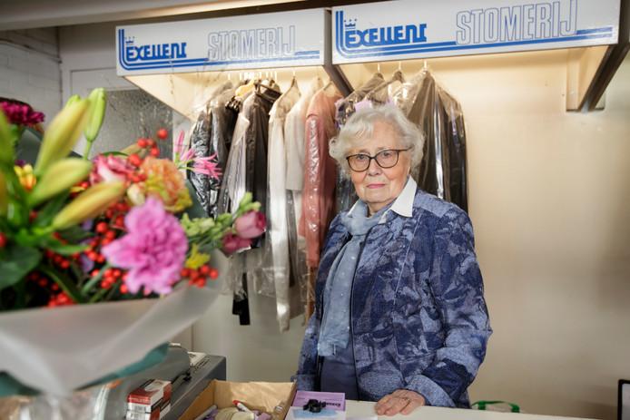 Minie Wiegman, 92 jaar stopt met haar Exellent stomerij.