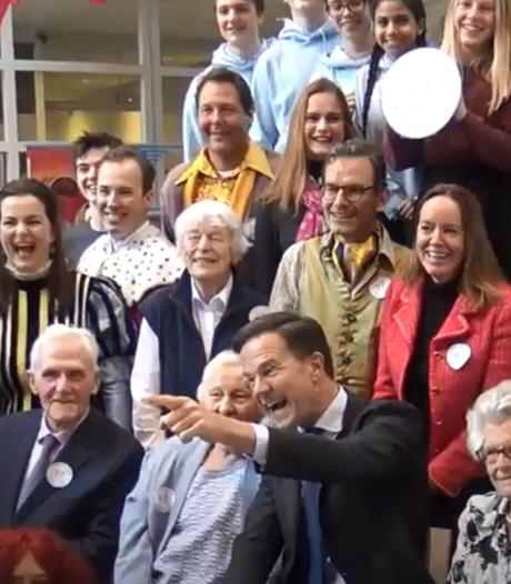 Leerlingen adopteren ouderen onder toeziend oog van Rutte