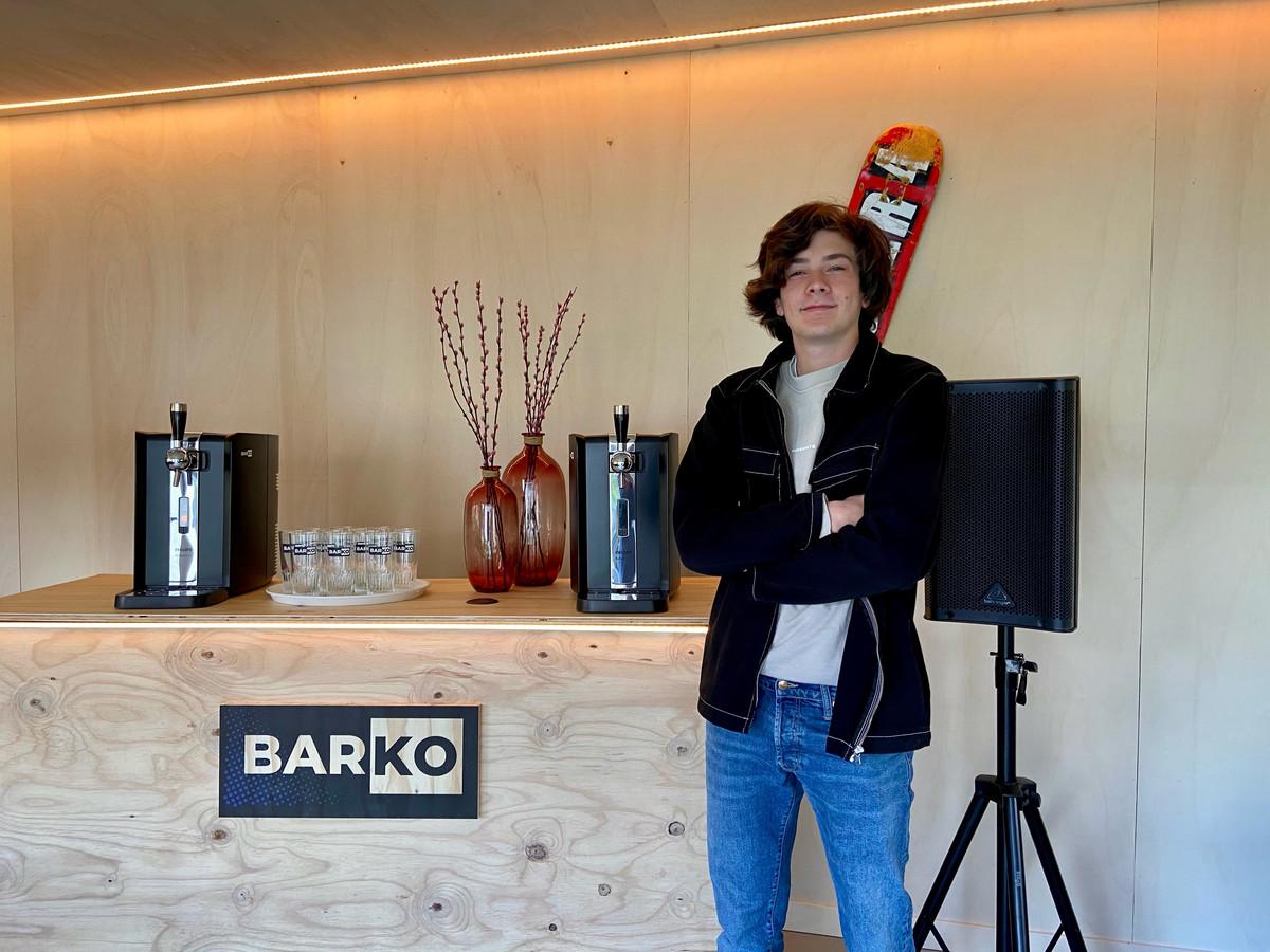 Aiko Denies (17) aan de feestbar die hij verhuurt