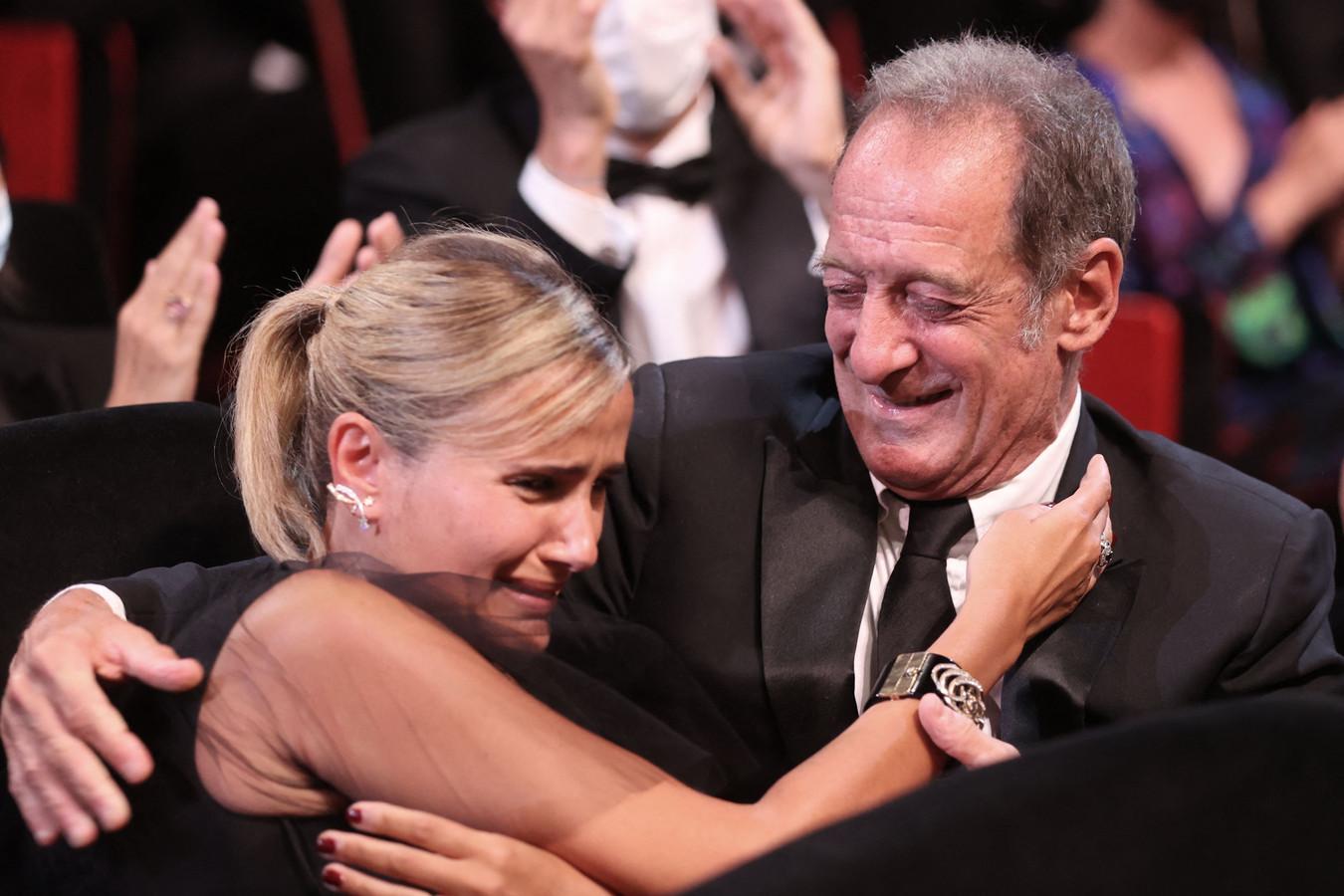 Een emotionele, Franse regisseur Julia Ducournau omhelst acteur Vincent Lindon nadat ze hoort gewonnen te hebben.