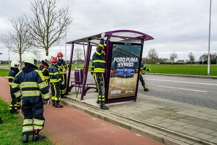 Op de Kanaalweg-West in Made heeft de brandweer een bushokje gedemonteerd. Deze was niet bestand tegen de harde wind.