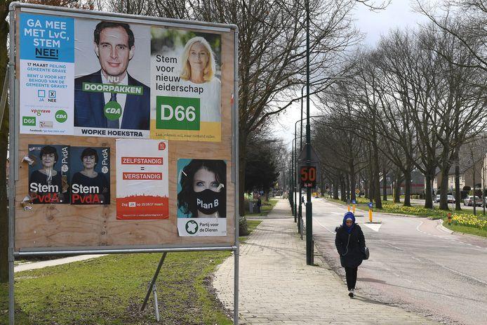 Verkiezingsbord in Grave. Inclusief de posters van de inwonersraadpleging.