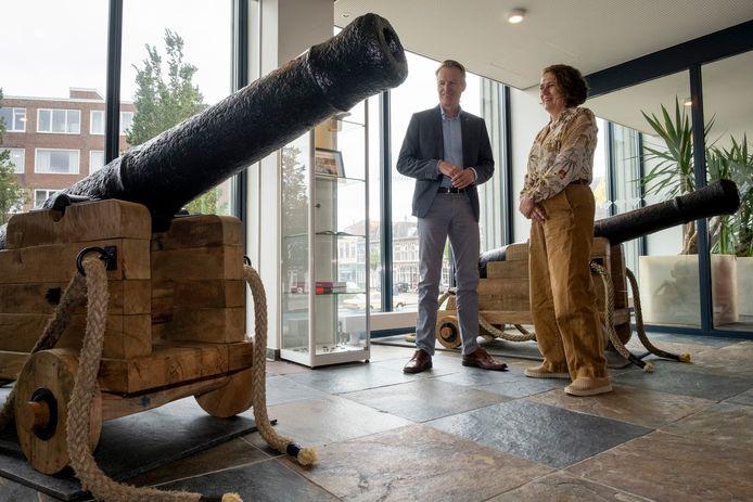 Sil Draaisma van Blauwwind en Karen Kroese van het Zeeuws maritiem muZEEum bij de twee bijzondere kanons in de hal van het Vlissingse stadhuis.