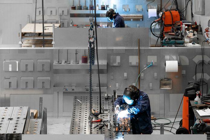 De lassers van VMC in Nieuwkuijk hebben in de nieuwe fabriek allemaal een eigen werkplek van 60 vierkante meter en werken bij daglicht.