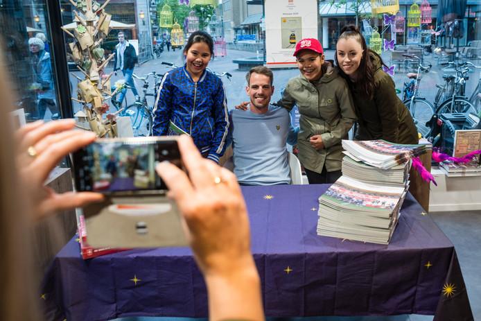 Wout Brama poseert met jeugdige fans Rosa, Luna en Jill. Twaalfjarige Luna (met groene jas) heeft komend seizoen voor 't eerst een jaarkaart.