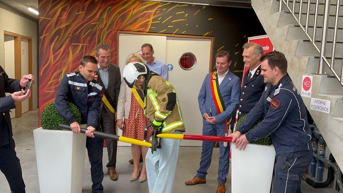 Vlaams minister Hilde Crevits gebruikte een hydraulische kniptang om het 'lintje' te knippen in de nieuwe brandweerkazerne.
