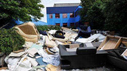 Elke twee dagen een sluikstort: gemeente sluit clandestien recyclagepark in berm Rittwegerlaan af met hekken