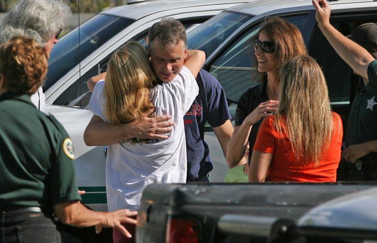 De opgeluchte familie van het geredde meisje.