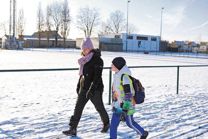 Door de sneeuw, door de regen, voortaan stappen we van en naar school.