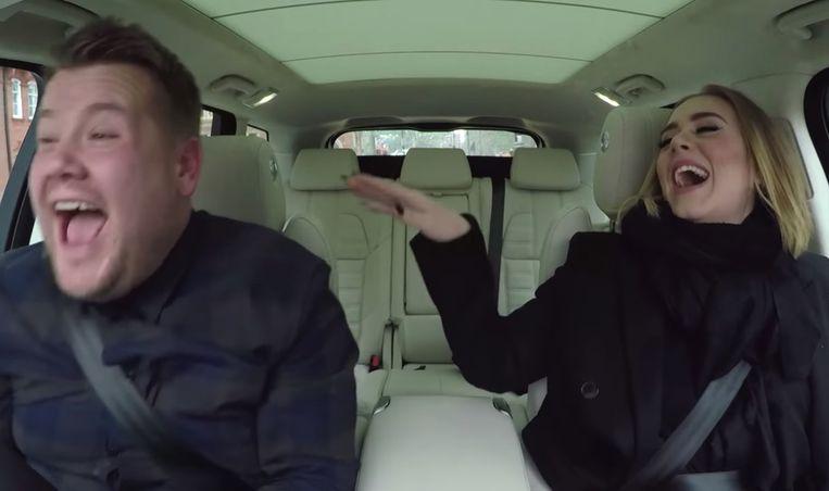 James Cordon doet in Londen van Carpool Karaoke met Adele. Jawel, daar staat het stuur aan de andere kant. Beeld rv