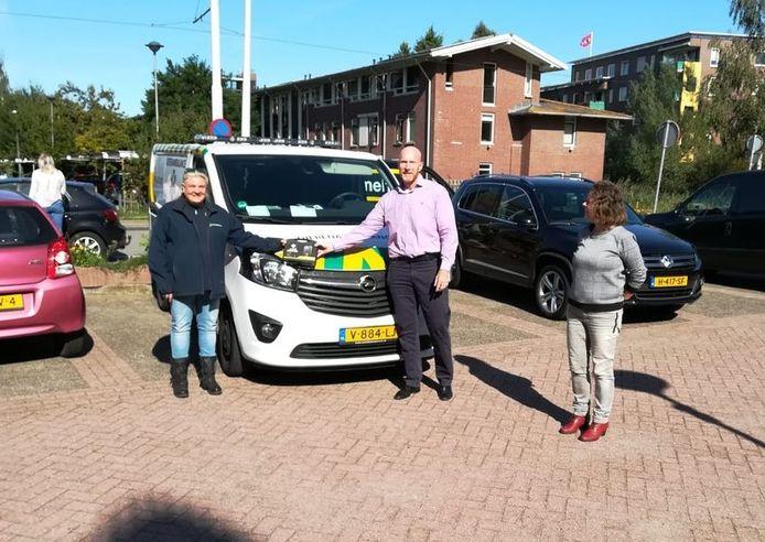 Miriam Bosman (l), voorzitter van de stichting Dierenambulance De Ronde Venen, neemt de bodycams in ontvangst.