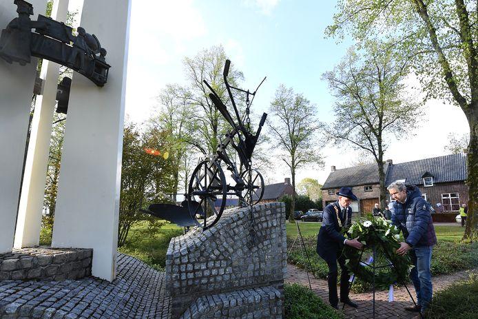 Dodenherdenking bij het dorpsmonument.