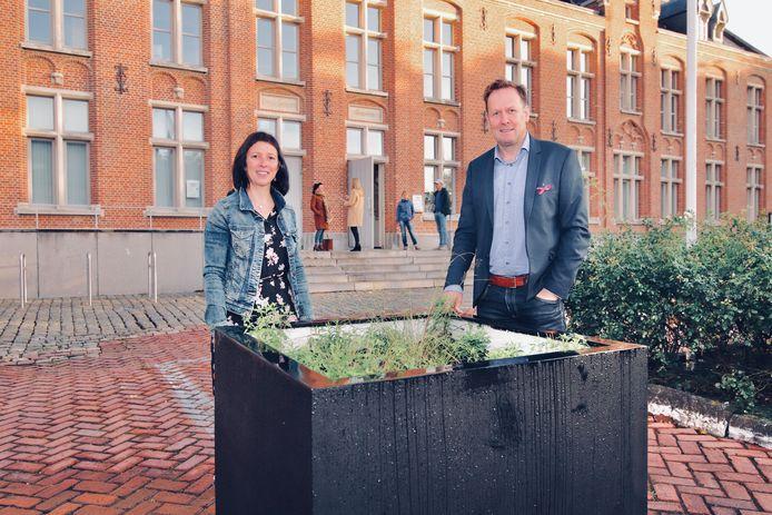 N-VA stelt voor om het gemeenteplein (foto) groener te maken. Op de archieffoto staan burgemeester Jos Sypré (CD&V) en Anja Coens.